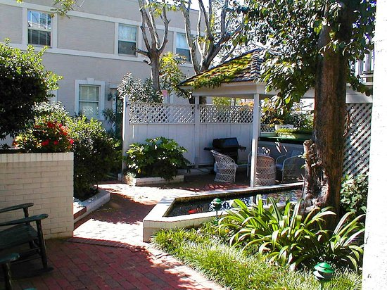 The Wilmingtonian: Courtyard outside hotel