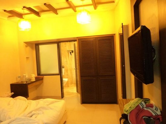 Biji's Hill Retreat: Room View2, the Bed is not doubled king size, its just 2 single beds joined with besheet -