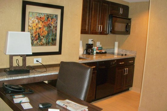 Homewood Suites by Hilton Coralville - Iowa River Landing: Nicely equipped kitchen & work area