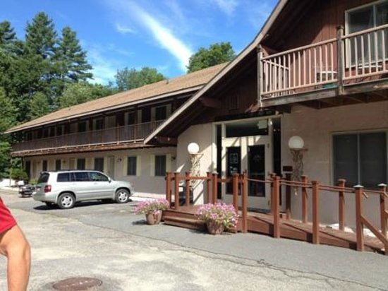The Upper Pass Lodge: Parking/Entrance
