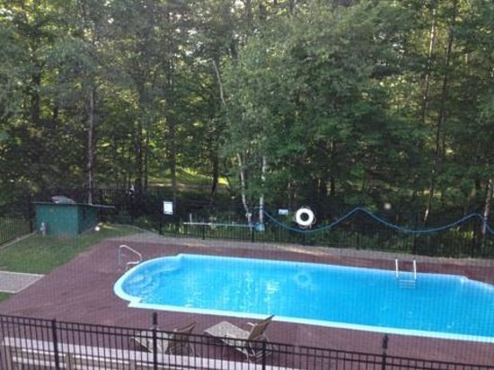 The Upper Pass Lodge : Pool and walking trail behind it