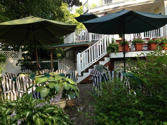 Hawthorn Inn : Another view of the back deck and outdoor dining