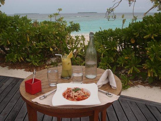 Coco Palm Dhuni Kolhu: Ausblick von der Terasse der Conch Bar auf Dhuni Kolhu mit leckerem Cocktail