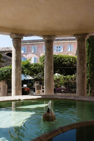 Le Clair de la Plume : Front of the hotel, looking through the wash house