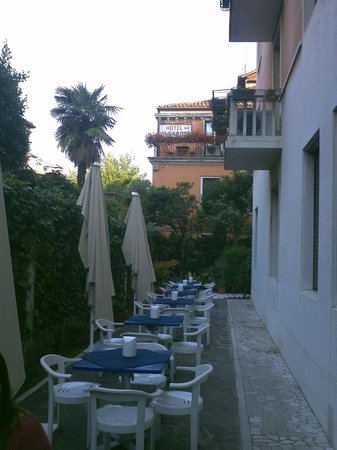 Hotel Santa Lucia : Breakfast (outdoor)