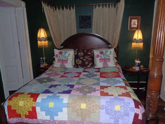 Park Avenue Manor: Colony room queen sized bed, very comfy bed & pillows!