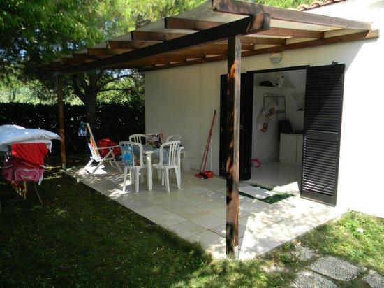 Veranda e giardino bungalow tipo w foto di damablu - Veranda in giardino ...