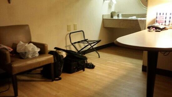 Red Roof Inn Greensboro Airport: Spacious Deluxe King With Wood  Laminate Very Clean!