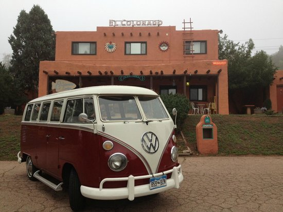 El Colorado Lodge: Bus in front of the office