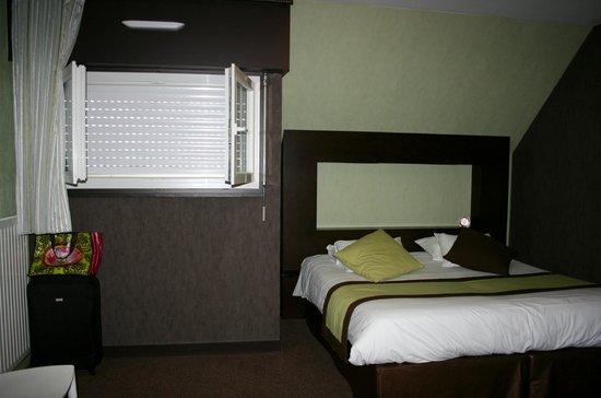 Golfe Hotel: Chambre minuscule au niveau du parking
