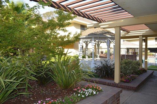 Ramada Modesto: Courtyard