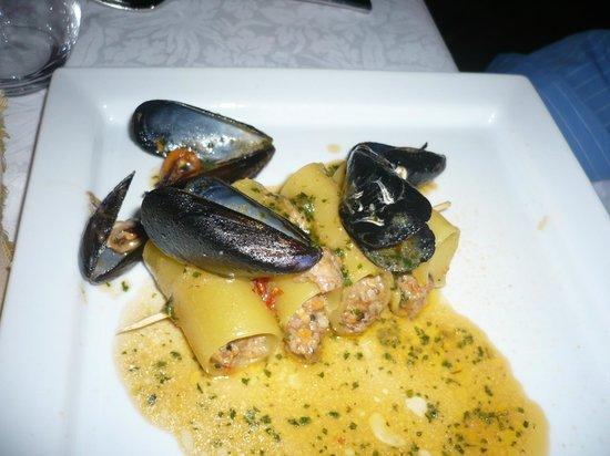 Restaurant La Prua: I paccheri di Gragnano in spiedino farciti con cozze ,pomodorini confit e bacon