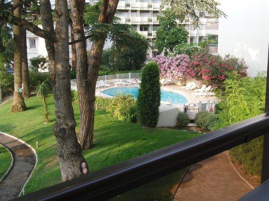 Resideal Premium Cannes: la piscine au petit matin