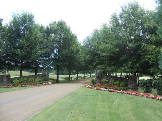 Barnsley Resort: Main entrance to Barnsley Gardens