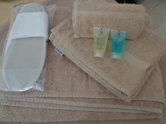 B&B Donna Nina : Set asciugamani/ciabatte/shampoo/docciaschiuma