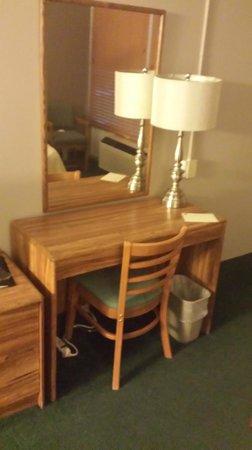 Norfolk Country Inn & Suites: Desk in room