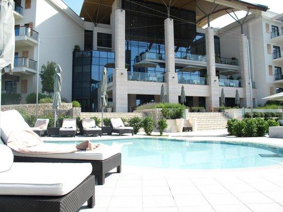 Hotel Monte Mulini: Pool looking back at hotel