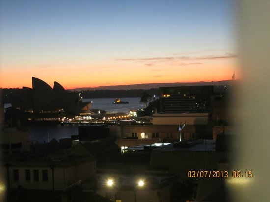 Sydney Harbour YHA: Sunrise, view from double room with view
