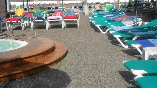 Beverly Park Hotel: todas las tumbonas ocupadas sin nadie una hora antes de abrir la piscina