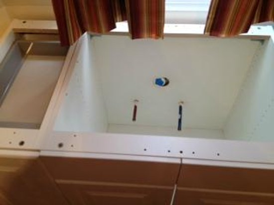 Hotel de Paris : Yes, that's a hald demolished kitchen sink and drawers in your room. No added charge!