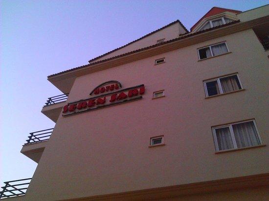 Seren Sari Hotel: Вид со стороны Kemal Elgin Bulvari