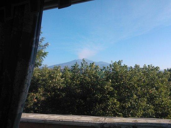 Villa Paradiso dell'Etna: l'etna visto dalla sala colazione