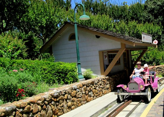 Gilroy Gardens Family Theme Park: Fun driving the old automobiles.