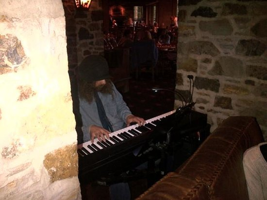 Allred's Restaurant: Keyboardist plays live jazzed classicals