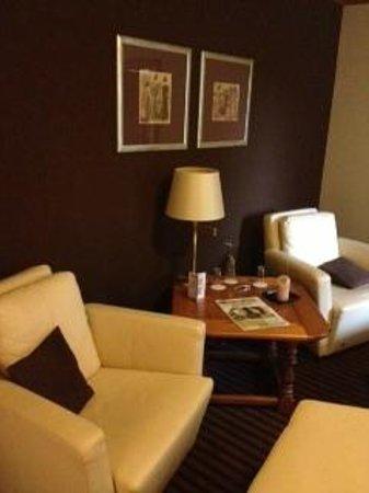 DORMERO Hotel Plauen: Wohnzimmer