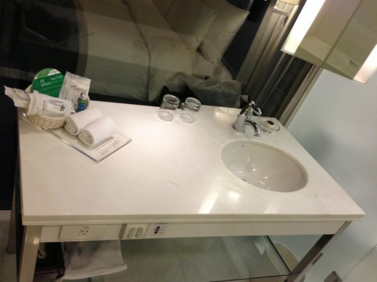 Grand Victoria Hotel: bathroom sink area