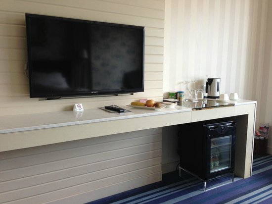 Grand Victoria Hotel : Modern Flat Screen TV with selectively free mini bar underneath