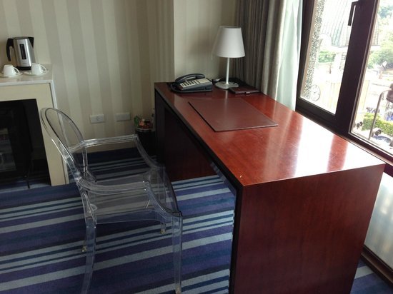 Grand Victoria Hotel : desk area - the chair has a better look than function