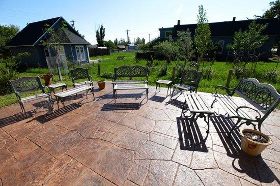 Harding's Corner: Outdoor patio