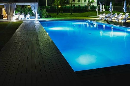 Hotel Franz: Pool view by night