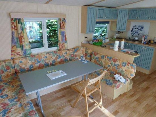 Camping Le Bordeneo : Salon ... les dimensions de la table ne sont pas adaptées