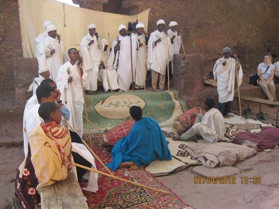 Felsenkirchen von Lalibela: A group of priests in the yard of one of the northern Lalibela churches