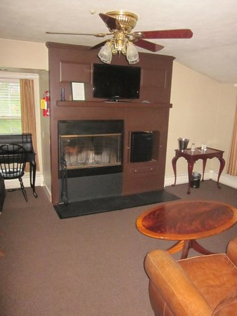 Kedron Valley Inn: Living room end of bedroom with functional fireplace.