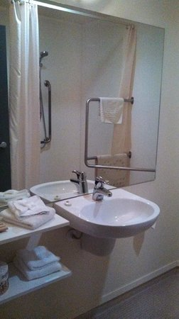 Ventura Inn & Suites Hamilton : disable friendly bathroom