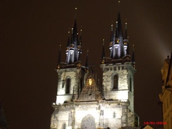 Hotel Mala Strana: Belíssima igreja, não deixem de visitá-la. fica na praça do relógio.