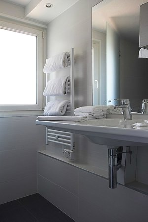Kyriad Hotel Les 4 Pavillons - Bordeaux Lormont: Salle de bain