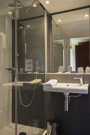 salle de bain picture of kyriad bordeaux lormont lormont tripadvisor. Black Bedroom Furniture Sets. Home Design Ideas