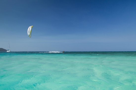 Kitesurf Roatan : Chris riding in crystal waters at Pigeon Cay