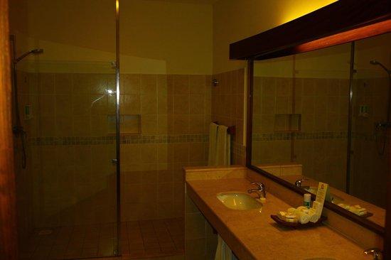 Baobab Beach Resort & Spa: Huge bathroom in our Maridadi deluxe room