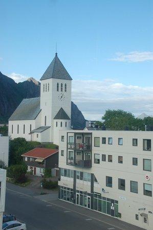Lofoten Summer Hotel: Vista dalla finestra della camera sulla chiesa di Svolvaer