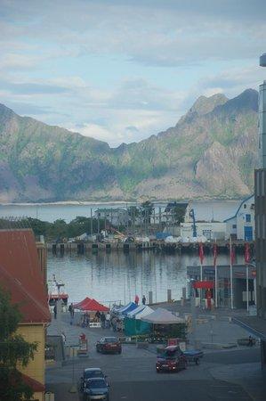 Lofoten Summer Hotel: Vista dalla finestra della camera sul porto