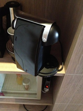 Mercure Hotel Omaha Beach : Broken coffee maker
