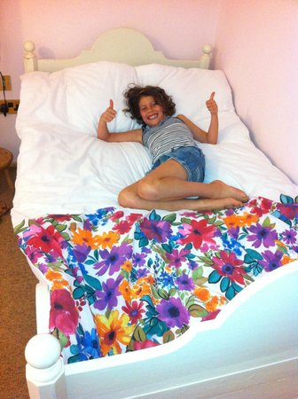 Country Comfort B & B : The family room includes a beautiful white bed for the kids