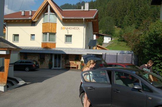 Haus Sonneneck: Ingang en ruim parkeren.
