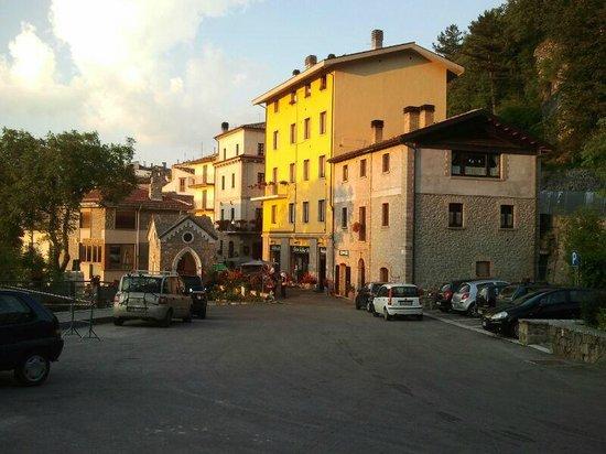 Antica Locanda Pietracamela dalla piazza