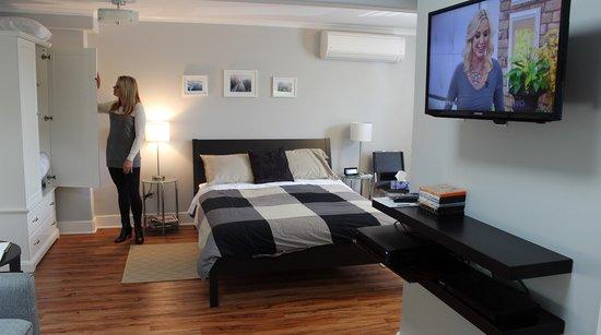 Merrickville Guest Suites: Sunrise Suite (#2) Bed View